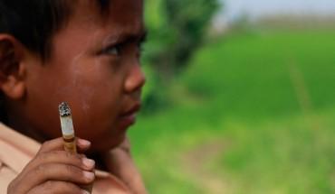Ten 7 letni chłopiec jest nałogowym palaczem. Szokujące.