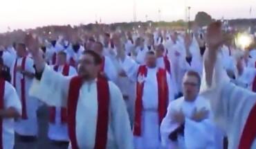 """""""Kto nie skacze, ten za Tuskiem"""" – czyli jak zmotywować księży do tańca! Tego nie da się opisać! To trzeba zobaczyć!"""