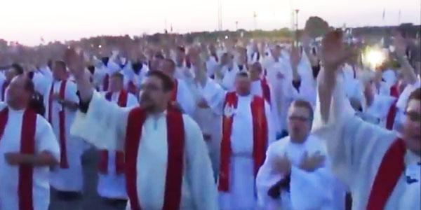 """""""Kto nie skacze, ten za Tuskiem"""" - czyli jak zmotywować księży do tańca! Tego nie da się opisać! To trzeba zobaczyć!"""