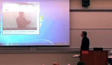 Nudne wykłady z matematyki? Nie z tym profesorem! Zobacz, jak potrafi przykuć uwagę studentów!