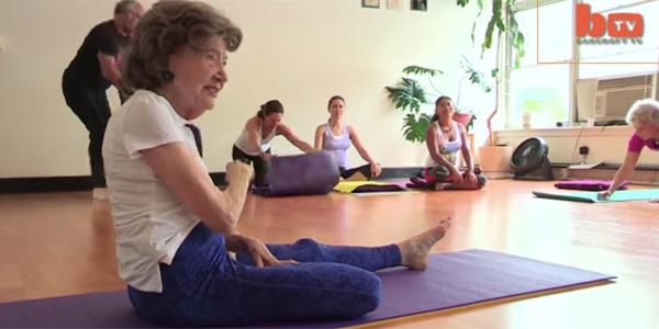 Ma 96 lat i sprawność fizyczną, której mogłaby jej pozazdrościć niejedna nastolatka. Poznajcie Tao Porchon Lynch, niezwykłą instruktorkę jogi!