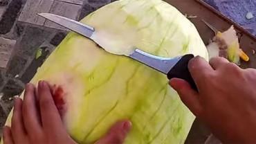 Wziął nóż i zaczął kroić arbuza. To, co powstało, zwali Cię z nóg. WOW!