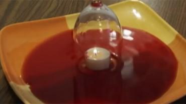 Umieścił lampkę na wino nad świeczką. To, co stało się potem, przeczy prawom fizyki!