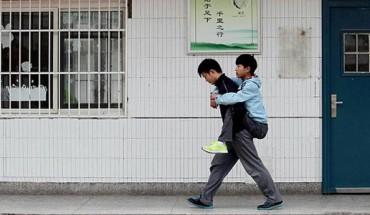 Zachowanie tego chłopaka sprawia, że odzyskujemy wiarę w ludzi. Zobacz, ile poświęca dla najlepszego przyjaciela!
