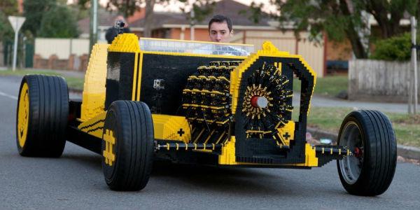 Dzięki klockom LEGO zbudujesz wszystko... nawet działający samochód! Zobacz, jak dokonał tego ten chłopak!