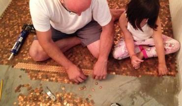 Zaczęli przyklejać malutkie monety do podłogi… To, co otrzymali na końcu, wywołało prawdziwe zaskoczenie!