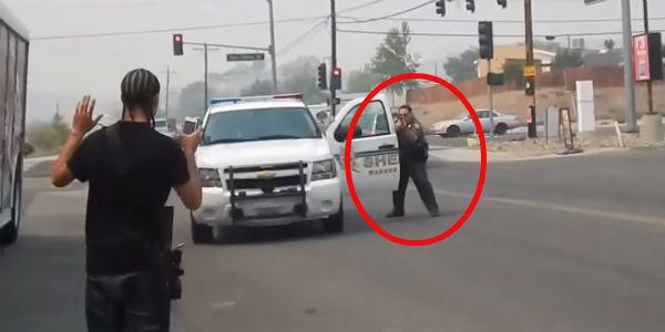 Co dzieje się, gdy czarnoskóry mężczyzna wychodzi na ulicę z karabinem? Przekonajcie się sami!