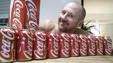 Facet pił 2 litry coca-coli dziennie! Zobacz, jak to wpłynęło na jego zdrowie!