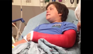 Ten chłopiec obudził się na po złamaniu, a środki przeciwbólowe jeszcze mocno działały. Jego reakcja bawi do łez!
