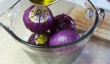 Przekroiła cebule na kilka części i zalała ją oliwą z oliwek. To, co powstało, zwaliło mnie z nóg!