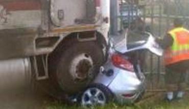 Gdy ratownicy zobaczyli to zmiażdżone auto, nie mieli większych nadziei, że komuś udało się przeżyć…