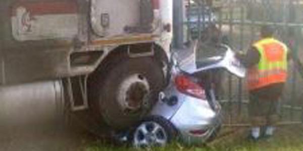 Gdy ratownicy zobaczyli to zmiażdżone auto, nie mieli większych nadziei, że komuś udało się przeżyć...