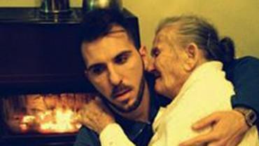 To emocjonujące zdjęcie poruszyło niemal cały świat… Wnuk trzyma na kolanach swoją chorą babcię. Zobacz, jaka historia się za nim kryje!