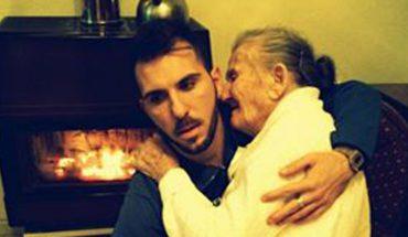 """""""Kiedyś to ty trzymałaś mnie na kolanach, dziś ja trzymam ciebie"""". To emocjonujące zdjęcie poruszyło świat"""