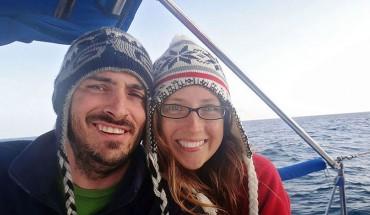 Ta para sprzedała wszystkie swoje rzeczy, kupiła łódkę, zabrała kota i żegluje tak w poszukiwaniu przygód już od 4 lat. Normalnie im zazdroszczę!