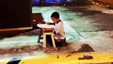 Ten biedny chłopiec codziennie wychodzi na ulicę… Gdy poznasz powód, dla którego to robi, wzruszysz się do łez