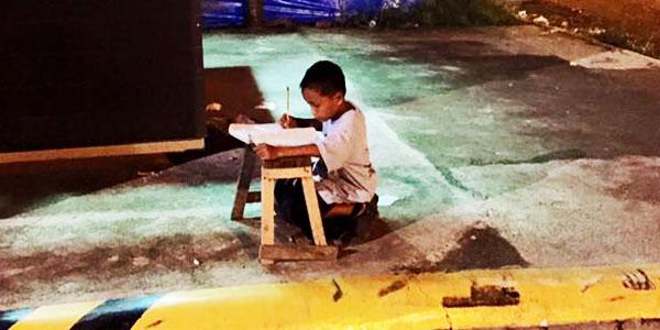 Ten biedny chłopiec codziennie wychodzi na ulicę... Gdy poznasz powód, dla którego to robi, wzruszysz się do łez