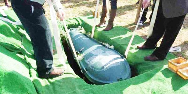 Nakazał swojej żonie, aby pochowała wraz z nim wszystkie jego oszczędności. Kobieta wykonała polecenie... To, co stało się później, rozbawiło mnie do łez!