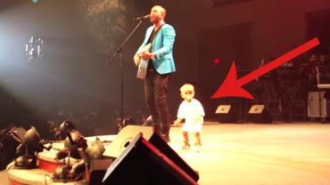 Wszedł na scenę po to, by przytulić tatusia. To, co zrobił potem, skradło serce publiczności!