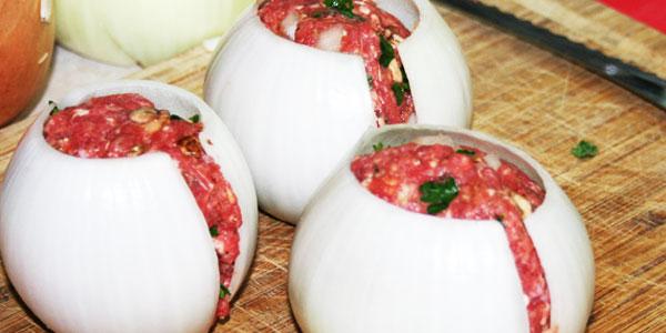 Zaczął faszerować cebulę mięsem mielonym. To, co zrobił z nią później, sprawiło, że oniemiałam z zachwytu!