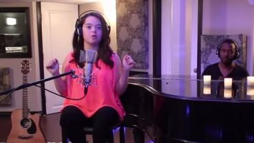 Ta dziewczynka cierpi na zespół Downa, ale kiedy chwyta za mikrofon… Brak mi słów!