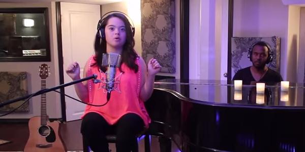 Ta dziewczynka cierpi na zespół Downa, ale kiedy chwyta za mikrofon... Brak mi słów!