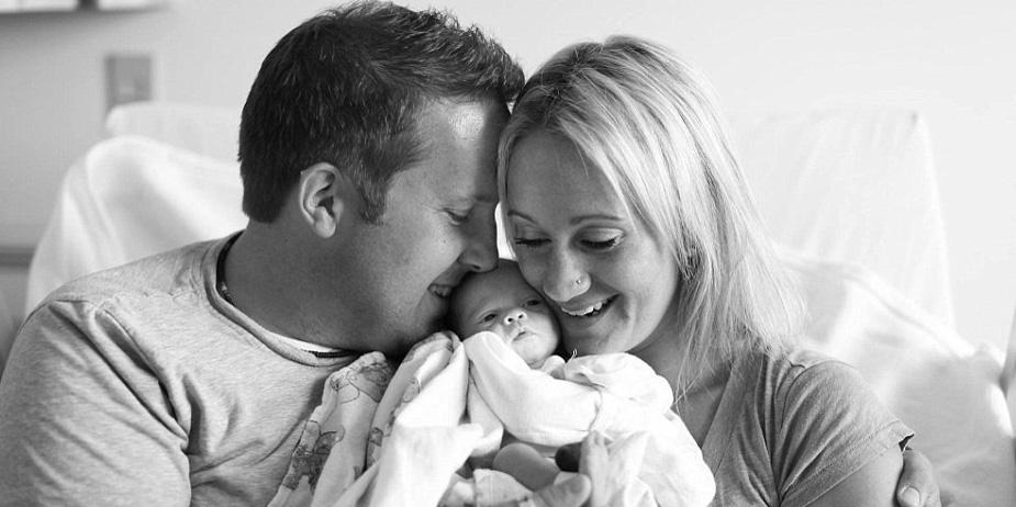 Radość tych rodziców z powodu pojawienia się w ich życiu nowego dziecka jest bezcenna!