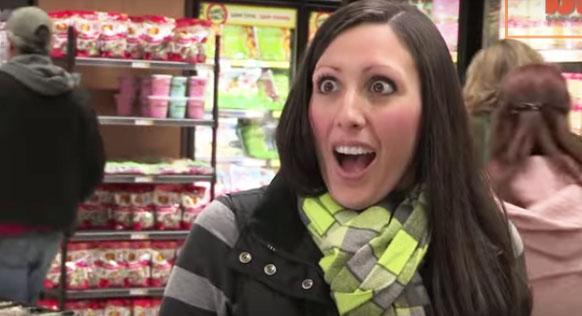 Była w szoku, gdy mężczyzna w sklepie pokazał jej język... Gdy go zobaczysz, nie będziesz mógł uwierzyć własnym oczom!
