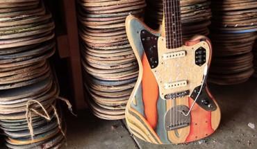 Zmienia połamane deskorolki w… piękne gitary!