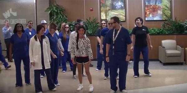 Lekarze w fantastyczny sposób uczcili wyjście dziewczynki ze szpitala! To jednocześnie zabawne i wzruszające.