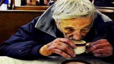 Pracownicy kawiarni kazali bezdomnemu natychmiast opuścić lokal. Nie uwierzysz, w jaki sposób zdobył kawę w innym miejscu…
