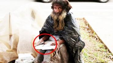 Bezdomny mężczyzna podszedł do kobiety i wręczył jej kartkę papieru. Gdy zobaczyła, co jest na niej napisane, postanowiła zrobić wszystko, by mu pomóc