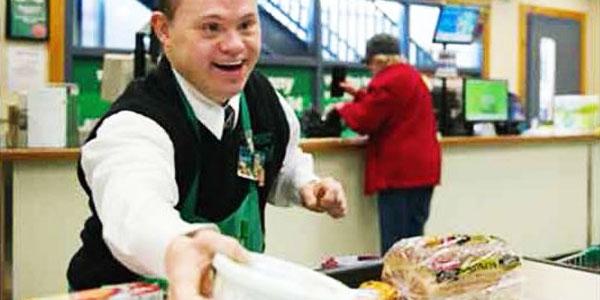 Kobieta stojąca w kolejce do kasy zaczęła wyzywać niepełnosprawnego pracownika. Byłam totalnie zaskoczona tym, co wydarzyło się później!