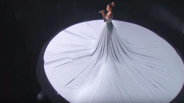 Wyszła na scenę i zaczęła śpiewać… Gdy zgasły światła jej suknia zamieniła się w coś magicznego. Zobaczcie sami!