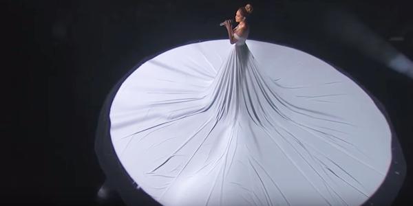 Wyszła na scenę i zaczęła śpiewać... Gdy zgasły światła jej suknia zamieniła się w coś magicznego. Zobaczcie sami!