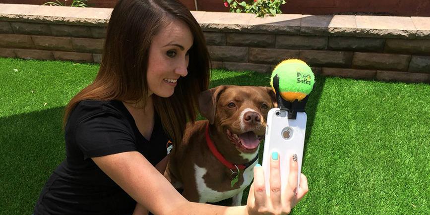 Amerykanin wpadł na pomysł jak zrobić idealne selfie swoim psom. Ten prosty gadżet podbija internet!