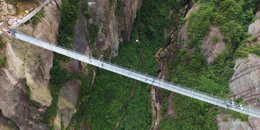 W Chinach powstał najdłuższy szklany most na świecie. Odważyłbyś się nim przejść?