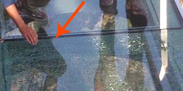 Podczas przechadzki po szklanym chodniku jeden z turystów upuścił kubek ze stali nierdzewnej....