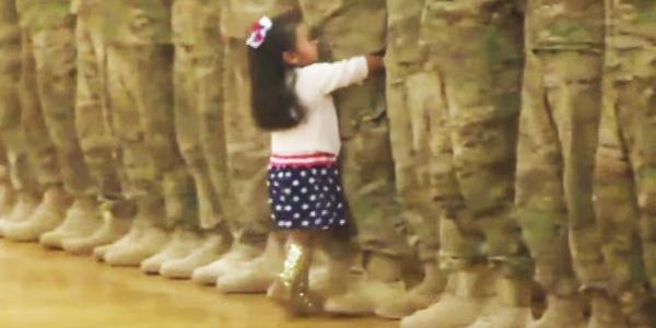 3 letnia dziewczynka ignoruje wojskowy protokół i biegnie, by przytulić tatusia. Coś pięknego!