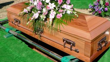 Podczas pogrzebu trzech młodych mężczyzn zaczęło wrzucać coś do trumny… Gdy się dowiedziałam, co to takiego, wzruszyłam się do łez