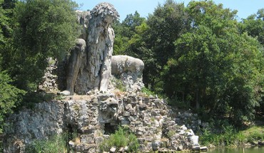 Ta rzeźba wykonana w górze, kryje pewien sekret…