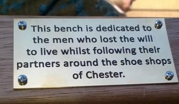 Tajemnicze napisy na ławkach w Chester wzbudziły niemałe zamieszanie w mieście!