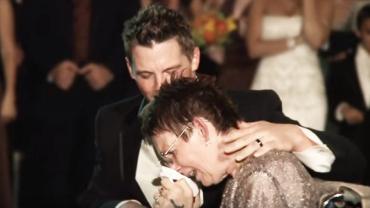 Podczas wesela syn zrobił coś wspaniałego dla swojej chorej matki. Aż łza kręci się w oku…