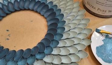 Zrób to sam: piękne lustro z plastikowych łyżeczek i tektury!