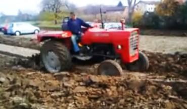 Rolnik nie mógł znieść, że kierowcy zrobili sobie parking na jego polu. Wziął sprawy w swoje ręce i dał im niezłą nauczkę