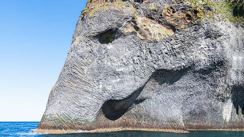 Gigantyczny słoń wyłaniający się z oceanu w Islandii. To trzeba zobaczyć!