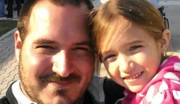 Ten ojciec, nie tylko jest świetnym ojcem i matką w jednym, ale i fryzjerem!