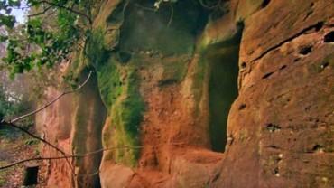 800-letnia jaskinia skrywa zdumiewającą tajemnicę. Odważysz się ją poznać?