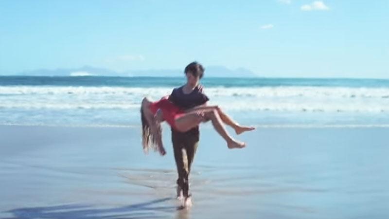 Mały chłopiec ratuje tonącą dziewczynkę. Warto zobaczyć to, co się dzieje w 38 sekundzie filmu! Zapamiętaj te słowa na zawsze!