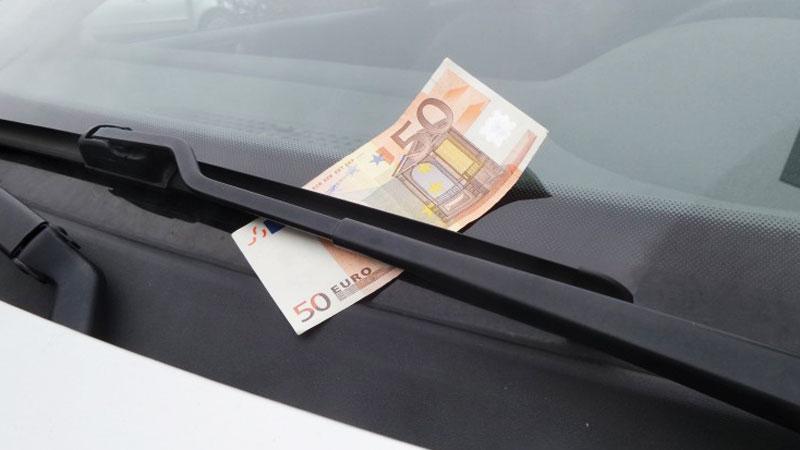 Gdy zobaczysz banknot za szybą zaparkowanego auta, nie myśl, że jesteś szczęściarzem. Pod żadnym pozorem go nie zabieraj!